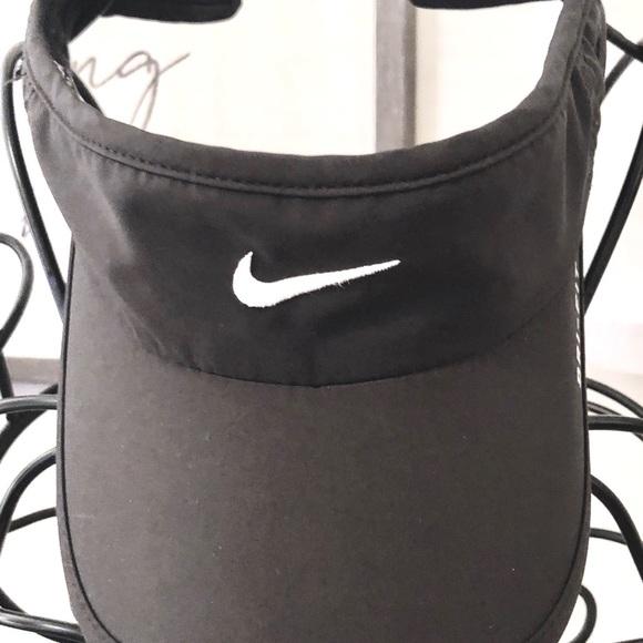 Nike ladies golf visor. Gently used. M 5b0a1ebd85e60533d3bc4a47 15892d82b9d